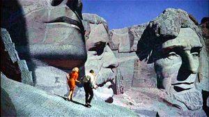 A Rushmore-hegy sziklaszobrai között