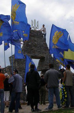 Ukrán nacionalisták az ukrán nemzeti címer szimbólumát erősítik a vereckei honfoglalási emlékműre - 2011. aug. 24.